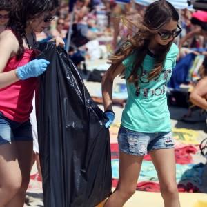 Mondello, volontari puliscono la spiaggia libera