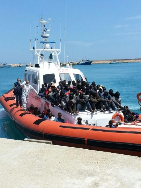 Immigrati sbarcano a Pozzallo