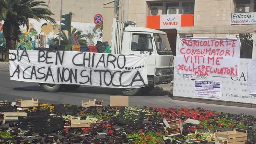Ragusa, frutta e ortaggi in strada per protesta