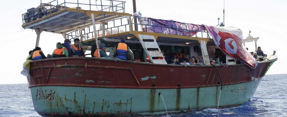 Trenta cadaveri su un barcone, nuova tragedia nel Canale di Sicilia. Sospetto caso di vaiolo su nave in arrivo a Catania