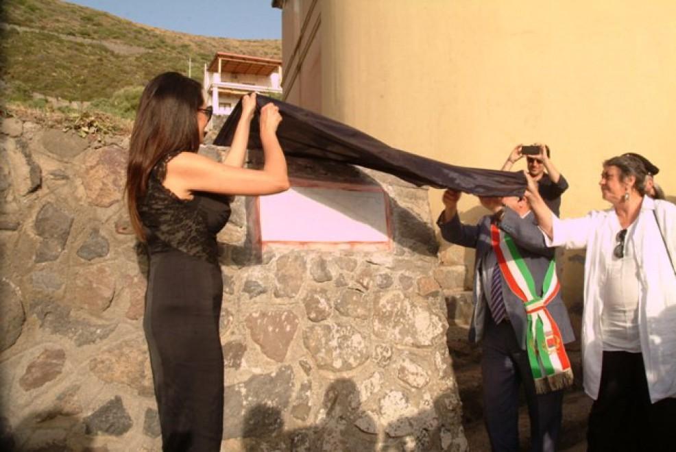 La Cucinotta a Salina, la stradella del Postino del Postina diventa via Massimo Troisi