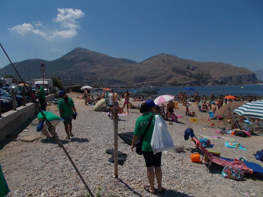 Barcarello, i volontari puliscono la spiaggia