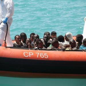 Sbarchi, a Messina nave con 400 migranti: a bordo muore un bimbo. 29 le vittime nella tragedia del barcone