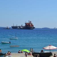 Messina, lo sbarco dei migranti sopravvissuti tra i bagnanti
