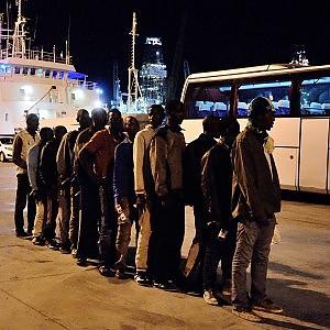 Affonda un gommone, recuperati 5 cadaveri. A bordo delle navi militari oltre mille profughi