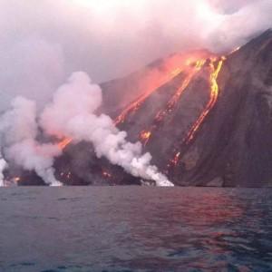 Stromboli, colata di lava continua fino al mare