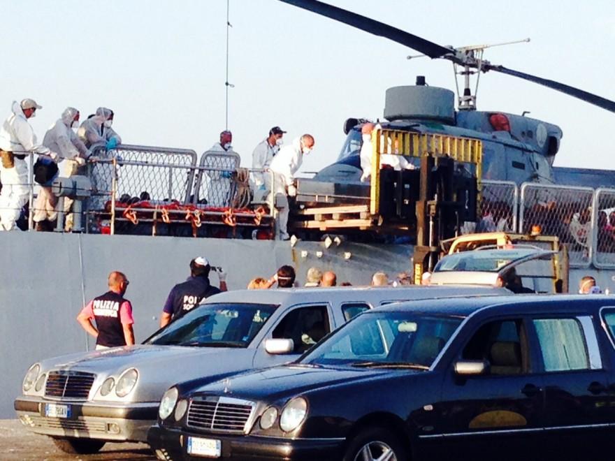 Pozzallo, lo sbarco delle vittime del naufragio