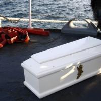 In Sicilia sbarcati 800 migranti, altri seicento in arrivo. Ad Augusta i 24 morti...