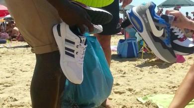 """Video  Il viaggio delle scarpe contraffatte  da """"Gomorra"""" alle spiagge siciliane    Clicca qui per leggere il reportage    di LORENZO TONDO"""