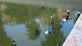 Bottiglie dentro la fontana torna il degrado in piazza Lolli