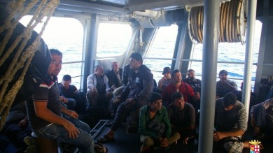 Sbarcati 221 migranti a Palermo /   Foto    Soccorsi in mare 29 profughi nella notte  Chiusi un Cara e un Cie a Trapani
