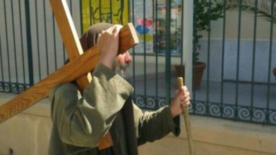 Biagio Conte è tornato, trascina una croce per le vie della città