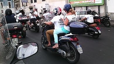 La protesta creativa di Accenture in corteo sugli scooter /  Foto