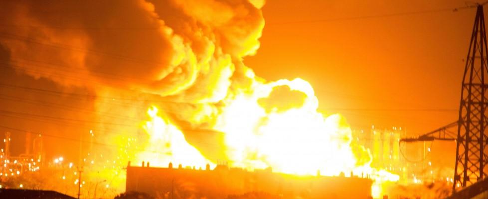 Fiamme dalla raffineria Mediterranea a Milazzo, area sequestrata dalla procura