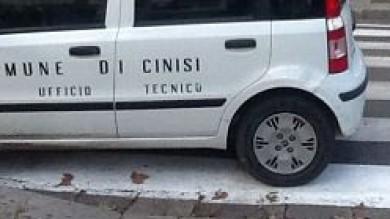 """La figuraccia del Comune di Cinisi  Foto  l'auto parcheggiata sulle strisce pedonali Il sindaco: """"Si è trattato di un guasto"""""""