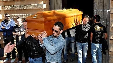 Rabbia e dolore ai funerali di Igor  Foto    Scooter contro auto, grave un 15enne