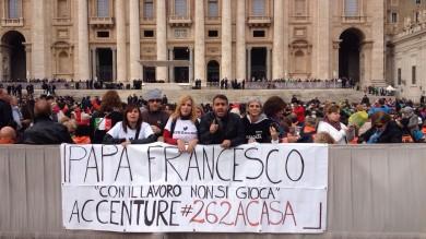 Ultime Notizie: La vertenza Accenture in piazza San Pietro. Striscione e maglietta da Papa Francesco