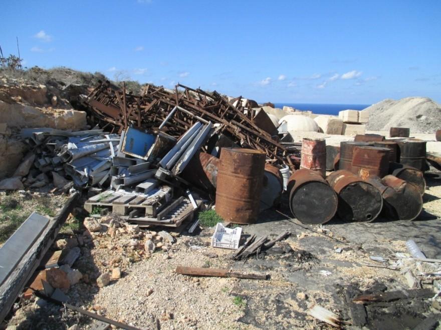 Cava abusiva piena di rifiuti pericolosi a Lampedusa, due denunce