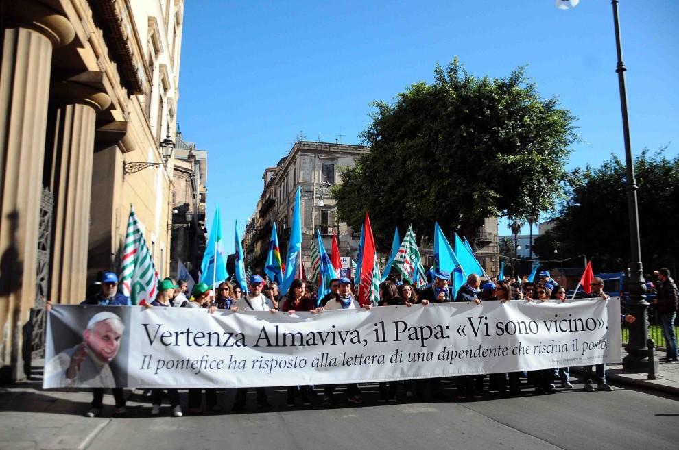 Operatori dei call center in piazza per protesta