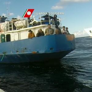Quattro cadaveri su un barcone carico di immigrati, salvati in 67