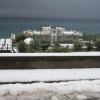 Maltempo, le spiagge della Sicilia imbiancate da neve e grandine