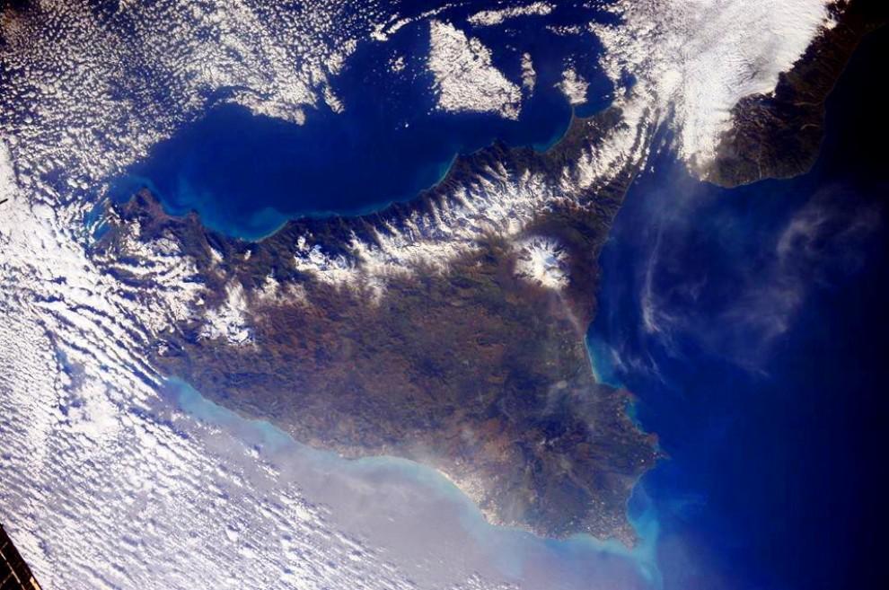 Samantha Cristoforetti omaggia la Sicilia: le foto dallo spazio