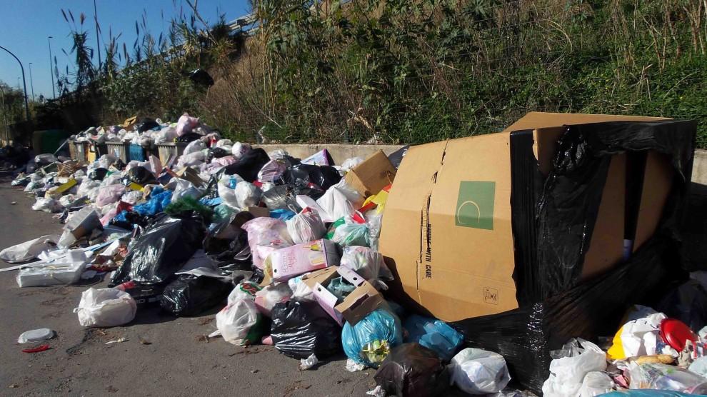 Emergenza rifiuti alle porte di Palermo: due chilometri di immondizia a Carini