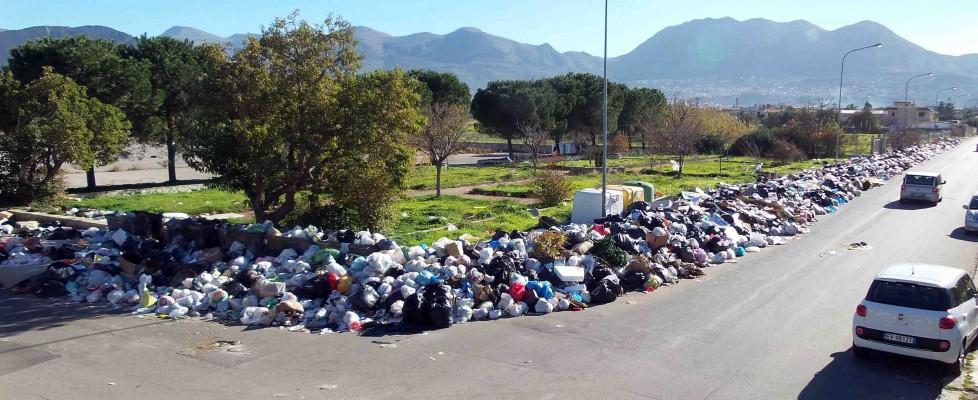 Emergenza rifiuti alle porte di Palermo, comuni al collasso. A Carini discarica di due chilometri