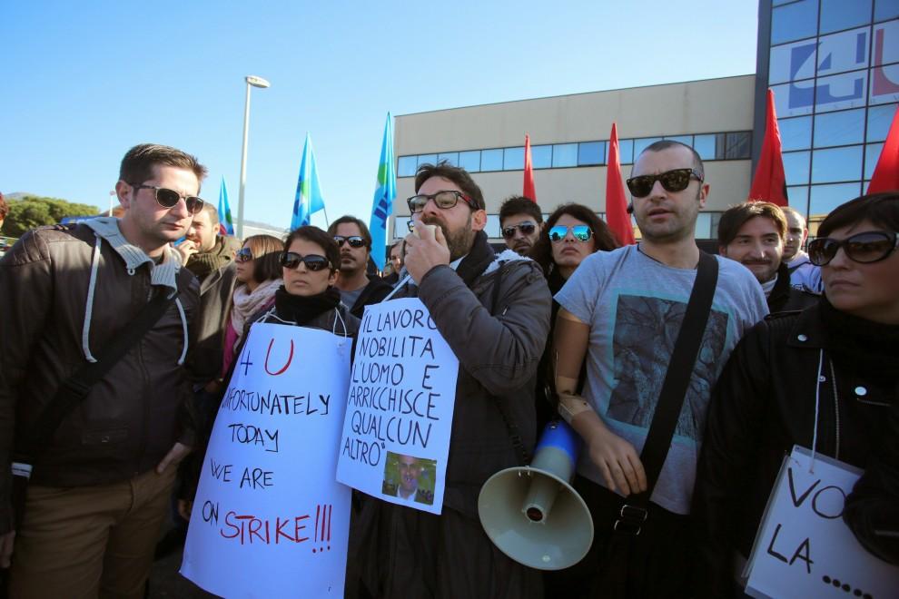 Call center, protesta e tensione davanti alla sede di 4U