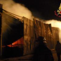 Incendio in un deposito di barche a Vittoria, danni per mezzo milione