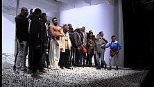 """L'emozione dei migranti per """"Lampedusa snow""""    Scena e platea / Foto"""