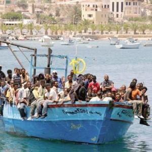 Immigrati, soccorsi cinque barconi dalla Libia: salvi in 1.500