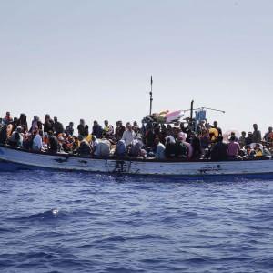Barcone capovolto al largo della Libia, recuperati 9 cadaveri