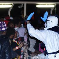 """Migranti: 1200 a Palermo, 700 a Rc. Superstiti: """"400 vittime"""". Pozzallo, morto gettato agli squali"""