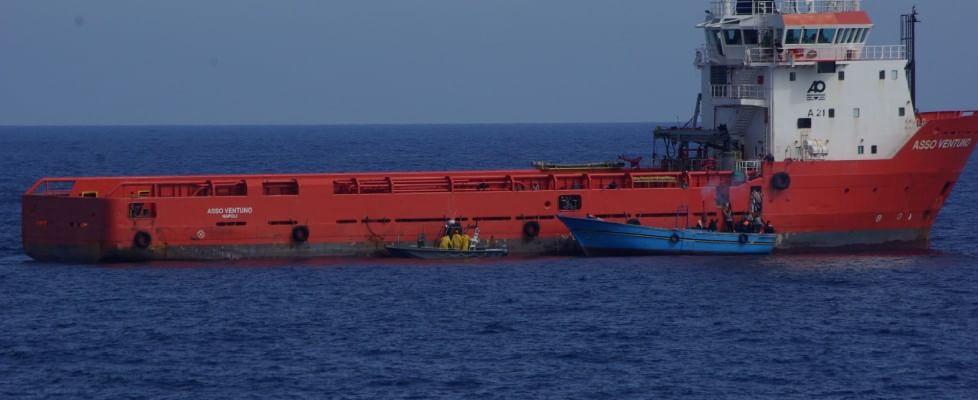 Tensione al largo della Libia. Scafisti sparano per riprendere un barcone