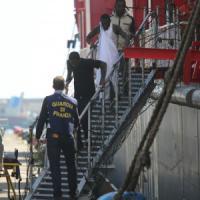 Emergenza sbarchi: altri 400 migranti a Palermo, 230 a Messina. Centri d'accoglienza al collasso
