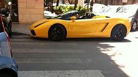 Sosta selvaggia ma di lusso sulle strisce c'è una Lamborghini