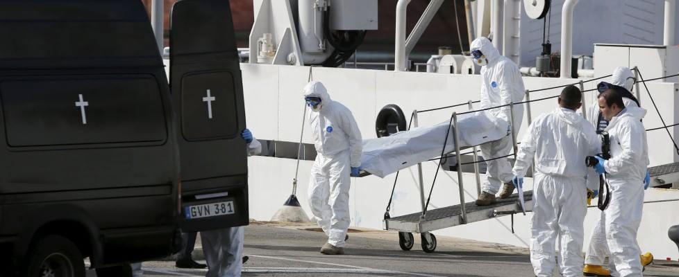 """Naufragio a sud della Sicilia, almeno 800 morti tra i migranti. Superstiti arrivati a Catania: """"Salvi perchè aggrappati ai morti"""""""