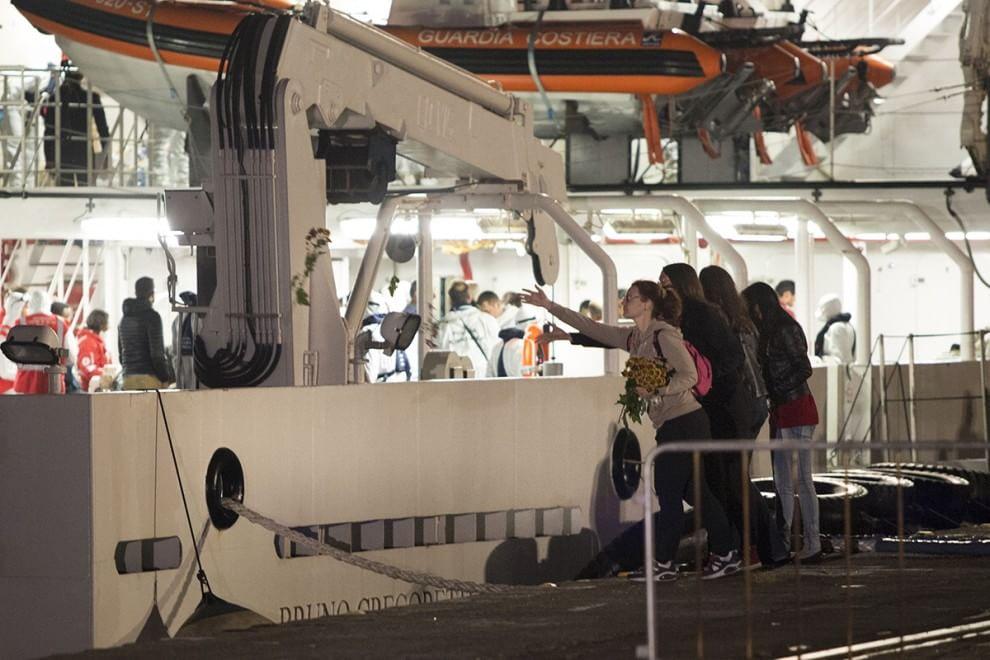 Catania, lo sbarco dei naufraghi tra la folla di giornalisti