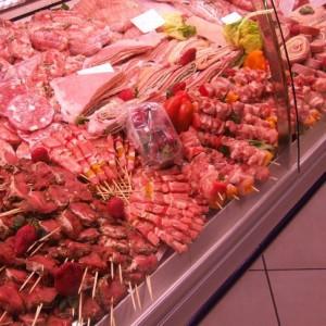 Sequestrate quattro tonnellate di carni avariate, denunciati 23 macellai e titolari di un deposito