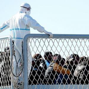 Migranti, 450 sbarcati ad Augusta e altri 200 a Pozzallo. Nuove accuse al comandante del naufragio
