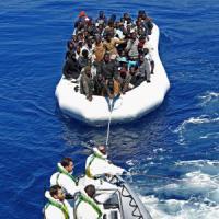 Orrori senza fine sui migranti naufragati:
