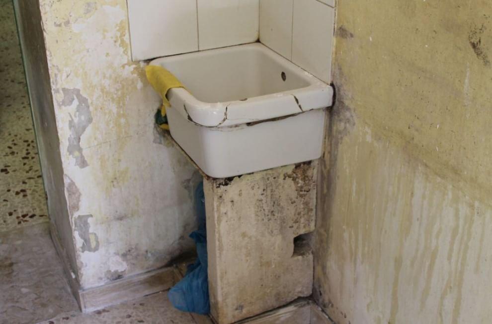 Muffa sui muri sanitari rotti calcinacci caduti il - Muffa sui mobili ...
