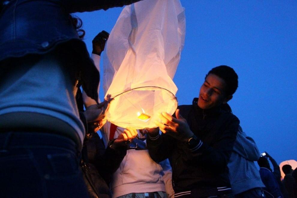 San Leone, decine di lanterne in cielo per ricordare i migranti perduti nell'ultimo naufragio