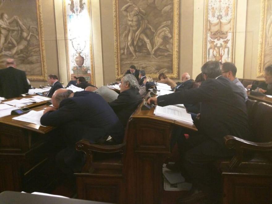 Il sonno della regione i deputati siciliani addormentati for Deputati siciliani