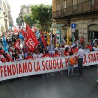 'No alla riforma Renzi', a Palermo falò di test Invalsi