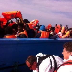 Duemila migranti in salvo nel Canale di Sicilia, altri tremila alla deriva: appello del ministro inglese
