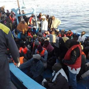 Tra Palermo e Trapani sbarcati oltre 1400 migranti. In salvo 3500 profughi: ma un migliaio aspetta di essere soccorso