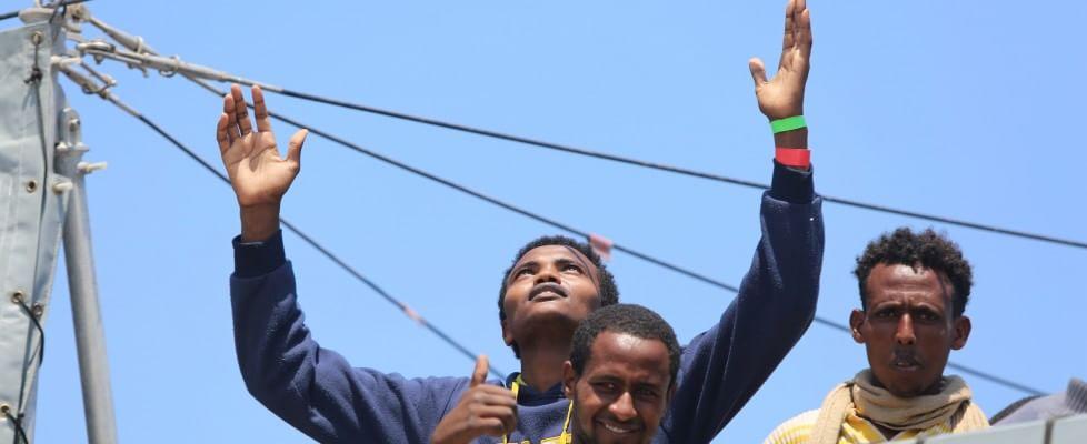 """Accolti in Sicilia 1400 profughi, altri 1140 arrivati oggi. Il governo: """"Duecentomila sbarchi entro il 2015"""". Appello della Caritas"""