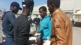 I migranti diventati volontari accolgono i profughi al porto   di CLAUDIA BRUNETTO